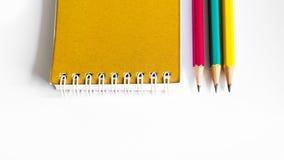Röd gul gräsplan för blyertspennor, tre blyertspennor på vit bakgrund, blyertspennor, grunt djup Royaltyfri Foto