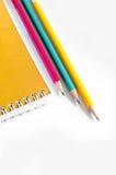 Röd gul gräsplan för blyertspennor, tre blyertspennor på vit bakgrund, blyertspennor, grunt djup Arkivbild
