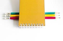 Röd gul gräsplan för blyertspennor, tre blyertspennor på vit bakgrund, blyertspennor, grunt djup Arkivfoto
