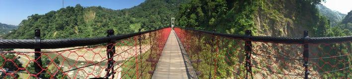 Röd hängande bro i Taiwan royaltyfri foto