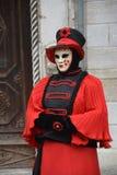 Röd härlig maskering som väntar på partnern på karnevalet i Venedig royaltyfri bild