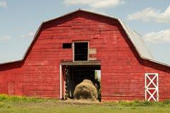 Röd hästladugård Royaltyfria Bilder