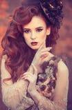 Röd hårflicka i höst Royaltyfria Foton