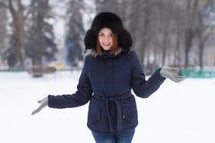 Röd haired flicka i vinter utomhus Royaltyfri Foto