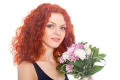 Röd haired flicka med blommor Arkivbilder