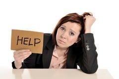 Röd haired kvinna för ledsen affär i spänning på arbete med datoren Arkivfoton