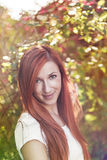 Röd haired kvinna i bygd Arkivbild