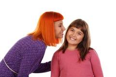 Röd haired kvinna som kysser hennes dotter Arkivbild