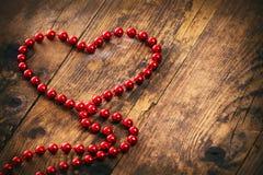 Röd halsband för hjärtaformpärla. royaltyfri bild