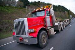 Röd halv lastbil för stor rigg med plan säng i storformat fotografering för bildbyråer