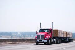 Röd halv lastbil för stor riggdagtaxi med släptransportin för plan säng Arkivbilder