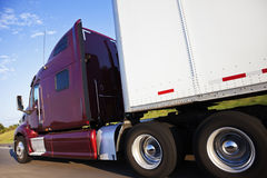 Röd halv lastbil i rörelse Arkivfoto
