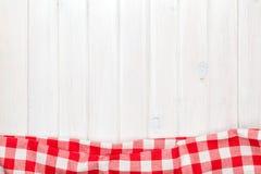 Röd handduk över träköksbordet Arkivbilder