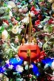 Röd handväska i julgran, snö och garneringar Royaltyfria Foton