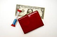 Röd handväska med pengar på en vit bakgrund royaltyfri fotografi