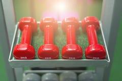 Röd hantel i idrottshallen Arkivbilder