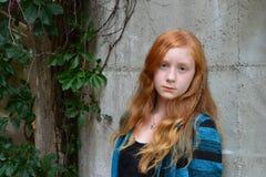 Röd head lång hårkvinnlig för Tween Arkivbild
