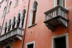 Röd herrgård i Corso Palladio i Vicenza i Veneto (Italien) Arkivbild