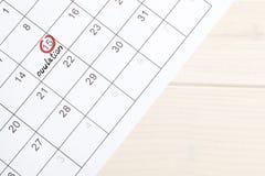 Röd highlighter med ägglossningdagfläcken på kalender, arkivbilder