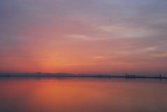 Röd himmel för soluppgång på gryning på Tunis sjön Arkivbild