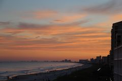 Röd himmel för strandtid arkivbild