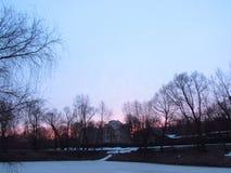 Röd himmel i morgonen fotografering för bildbyråer