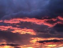 Röd himmel under solnedgången arkivbilder