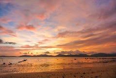 Röd himmelskymning för solnedgång på stranden Arkivbild