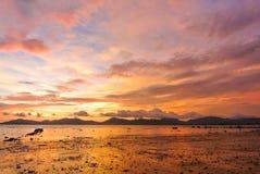 Röd himmelskymning för solnedgång på stranden Royaltyfri Foto