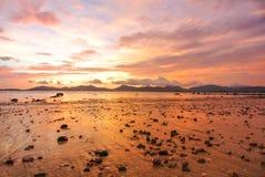 Röd himmelskymning för solnedgång på stranden Fotografering för Bildbyråer