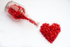 Röd hjärta av godisen att skapa romantisk atmosfär arkivbilder