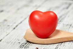 Röd hjärta brigham På en trätabell planlägg ditt royaltyfri fotografi