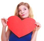Röd hjärta. Förälskelsesymbol. Symbol för dag för kvinnahållvalentin. fotografering för bildbyråer