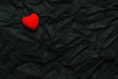 Röd hjärta för bästa sikt på rynkig svart texturbakgrund Lyckliga valentin dag och förälskelsebegrepp Romantiskt kort, banerdiagr royaltyfri fotografi