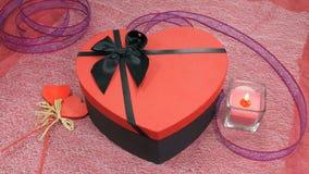 Röd Hjärta-formad gåva och stearinljus