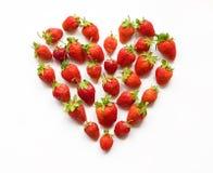 Röd hjärta formad jordgubbe (önska-kortet, valentin, 14 Februari, Arkivbild