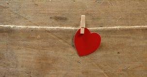 Röd hjärta formade klämt fast på en rad 4k arkivfilmer