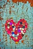 Röd hjärta från tappningknappar Arkivfoton