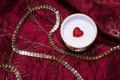 Röd hjärta i en juvelerarecasket Fotografering för Bildbyråer