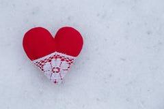 Röd hjärta i en snö Royaltyfria Bilder