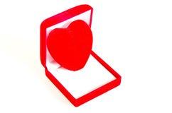 Röd hjärta i gåvaask Arkivfoto