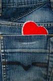 Röd hjärta i jeanfack Arkivbilder