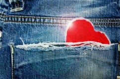 Röd hjärta i jeanfack Fotografering för Bildbyråer