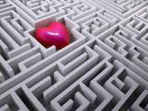 Röd hjärta i labyrintlabyrinten Royaltyfri Bild
