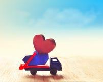Röd hjärta i lastbilen lyckliga valentiner för dag Royaltyfri Fotografi