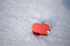 Röd hjärta i snö Arkivfoto