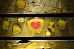 Röd hjärta i vattendroppe Arkivfoto