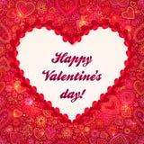 Röd hjärta inramar kortet för valentindaghälsningen Arkivbilder