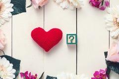 Röd hjärta med ÄLSKAR JAG DIG i kub på den wood tabellen Arkivbilder