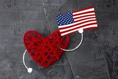 Röd hjärta med amerikanska flaggan i hand Ferie av amerikanska flaggan Royaltyfria Bilder